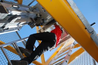 Lorsque l'accès à la cabine est égal ou supérieur à 30 m, il faudra équiper le matériel d'un monte-grutier en 2019. Photo Michel Roche